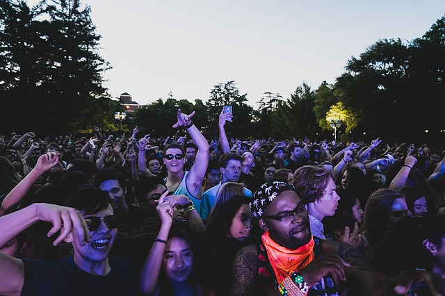 crowd-1531426_640